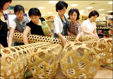 Traditional Korean Pillow : Customers look at Korean traditional ?jukbuin,? literally...