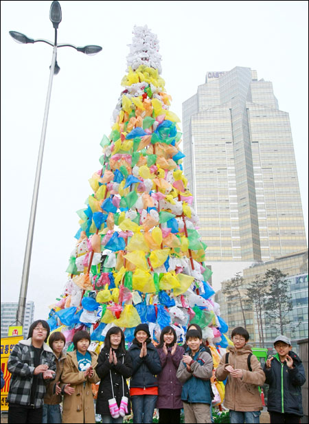 Kids Clap In Front Of A Giant 12 Meterhigh Christmas Tree