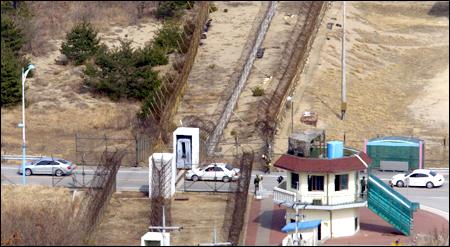 north korea south korea border crossing ile ilgili görsel sonucu