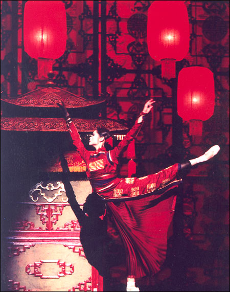 an analysis of zhang yimous raise the red lantern in china In his early career, zhang yimou's films—red sorghum 《红高粱》(1987), judou 《 菊豆》(1990), and raise high the red lantern 《大红灯笼高高挂》(1991) - posi- tioned him as an influential interlocutor writers have continued to grapple with the meaning and position of chinese culture within the global nation-state system.