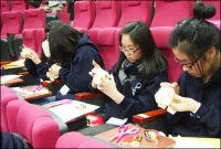 [HS] Middle school students participate in the science classes ...