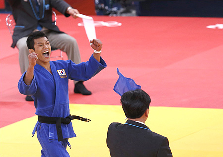 Olympics farcical scenes in japan korea judo quarter final for Farcical scenes