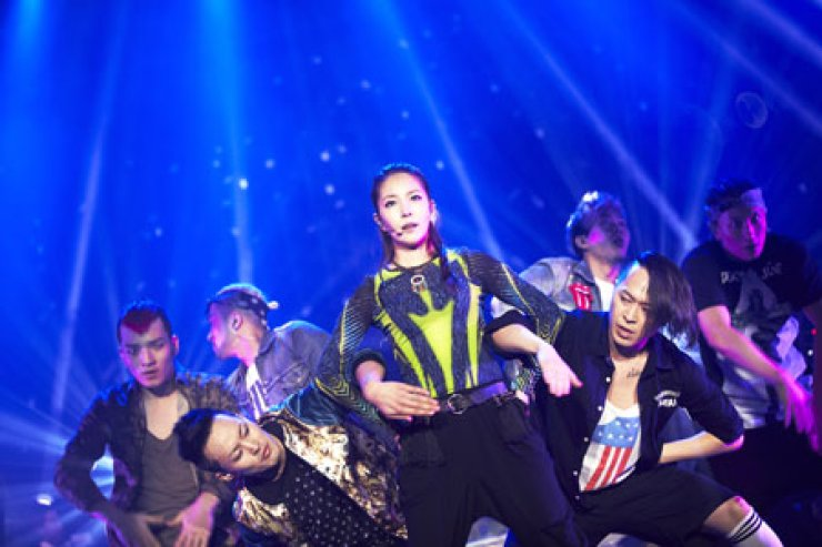 Korean pop-star BoA sings 'Only One' from her seventh Korean album during her first solo concert 'BoA Special Live 2013 Here I Am' at Olympic Hall in Seoul, Saturday.                                      / Courtesy of SM Entertainment