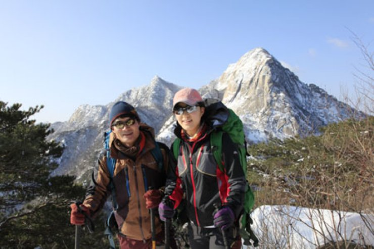 Kim Chang-ho, left, 44, and Jeon Pruna, 24, pose after climbing Mt. Dobong in northern Seoul, Sunday. The senior and junior who attend the Universityof Seoul will climb Mt. Everest in March.               / Courtesy of Kim Chang-ho
