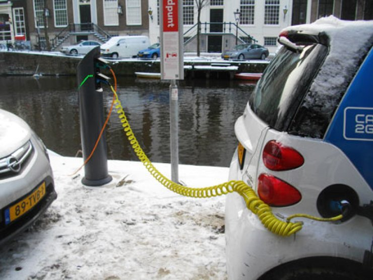 A Nissan electric car in Amsterdam is connected to a charger. Three-hundred cars are in use for Car2Go, a car rental service, in the city.                                                                              / Korea Times photo by Kim Se-jeong
