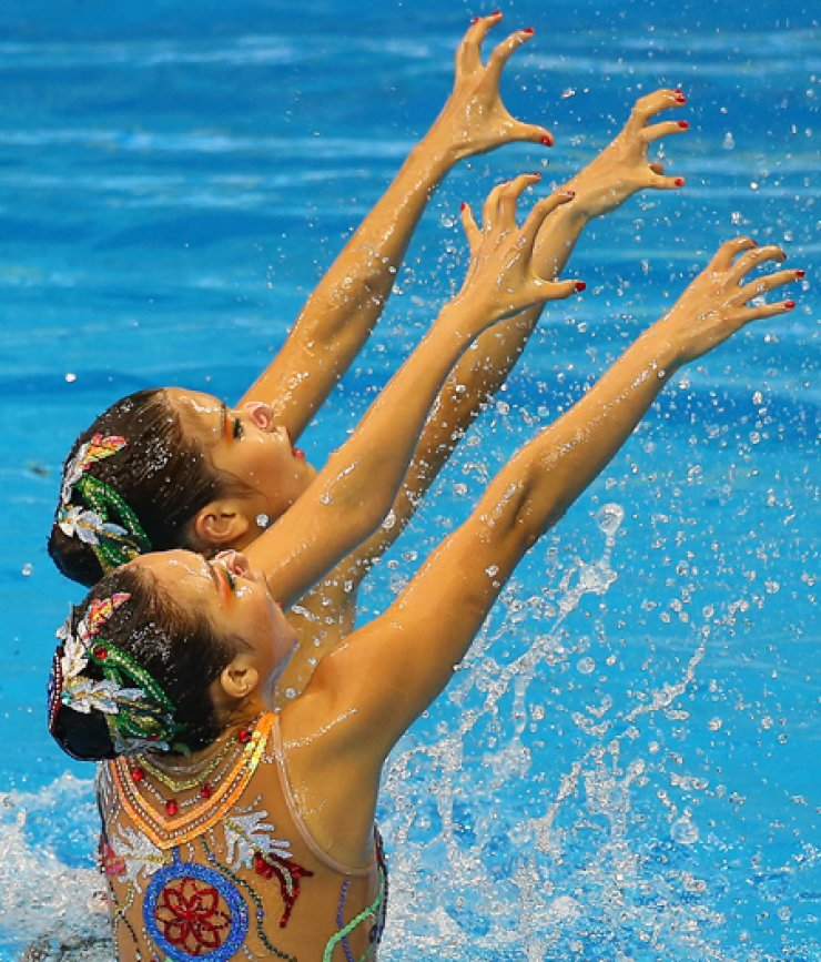 Gu seul and Kim Ka-young perform during the Incheon Asiad's womens duet free event at the Munhak Park Tae-hwan Aquatics Center in Incheon, Saturday./ Yonhap