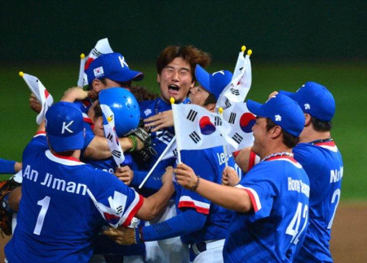 Members of South Korea's national baseball team celebrate after beating Chinese Taipei 6-3 in the Asian Games final at the Munhak Stadium in Incheon, Sunday. The victory has reignited debate over whether they deserve exemption from the country's mandatory military service as reward.  / Korea Times photo by Shim Hyun-ch