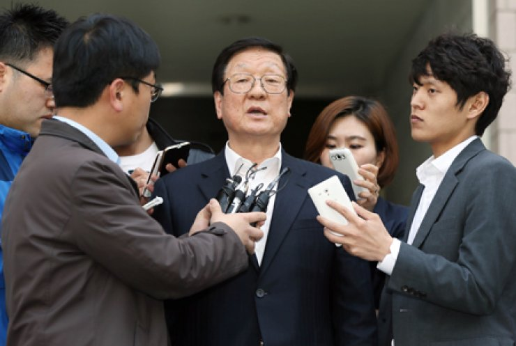 Ko Chang-hwan, CEO of Semo Group's major affiliate Semo, answers reporters' questions as he leaves Incheon District Court after a hearing about an arrest warrant the prosecution is seeking against him, Friday. / Yonhap