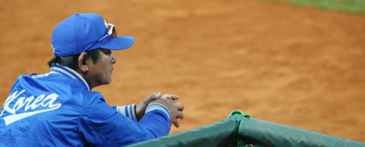 Korean manager Ryu Joong-il looks dejected in the dugout in the final moments of the team's 5-0 loss to the Netherlands in the WBC opener.                                                                                                                                    / Yonhap