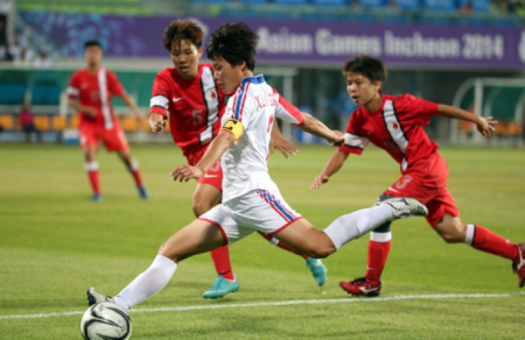 North Korean women's football team's Kim Su-kyeong lines up a shot during a Group C match against Hong Kong at the Namdong Asiad Rugby Field, Saturday.  / Yonhap