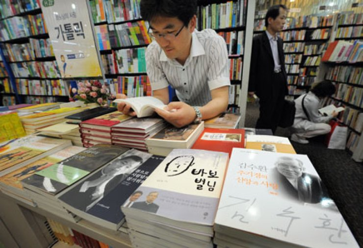 Government data shows that book readership among Koreans is hitting new lows.                                                                                                           /  Korea Times