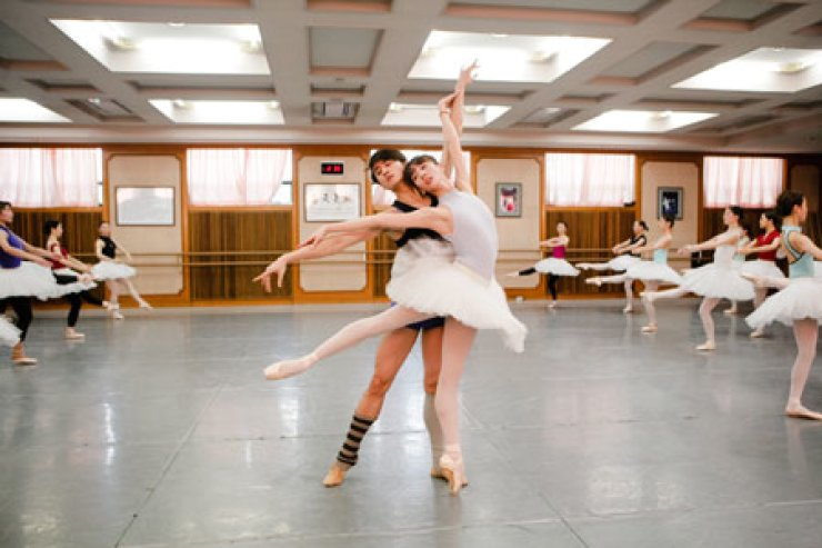 Fang Mengying and Huang Zhen rehearse at the Universal Ballet Company in western Seoul last week.                                                            / Courtesy of UBC
