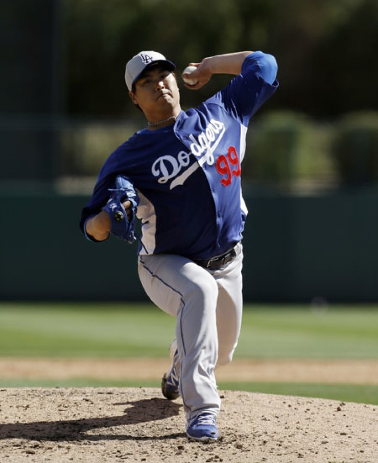 Los Angeles Dodgers pitcher Ryu Hyun-jin pitches against the Chicago White Sox in an exhibition spring training baseball game in Glendale, Ariz., Sunday.                                                                                                        /  AP-Yonhap