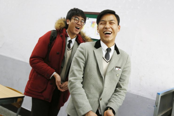Park Ji-han, right, winner of the Gender Equality and Family Minister Award of the 3rd Korea Multicultural Youth Awards, poses with his friend, Yoo Seung-yean, at Daekyeong Commercial High School in Seoul./ Korea Times photo by Shim Hyun-chul