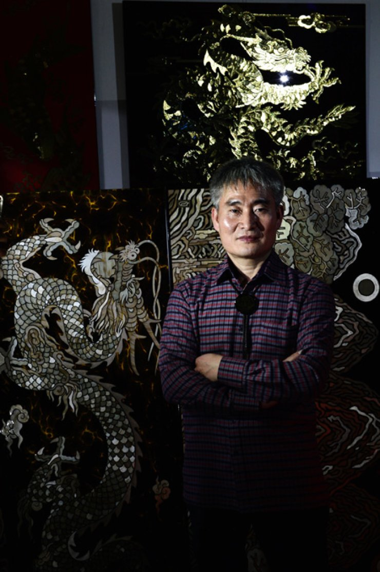 Lee Sang-soo, a barley stalk (mackan) marquetry artist, at his workshop inSuwon, Gyeonggi Province. / Korea Times photos by Shim Hyun-chul