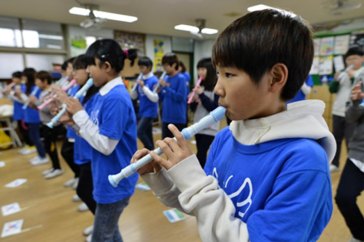 Kim Bladik, better known as Dae-su to his classmates, plays a record at Incheon Yonghyeon Elementary School, west of Seoul. Kim came to Korea from Uzbekistan with his parents when he was 7. / Korea Times photos by Shim Hyun-chul