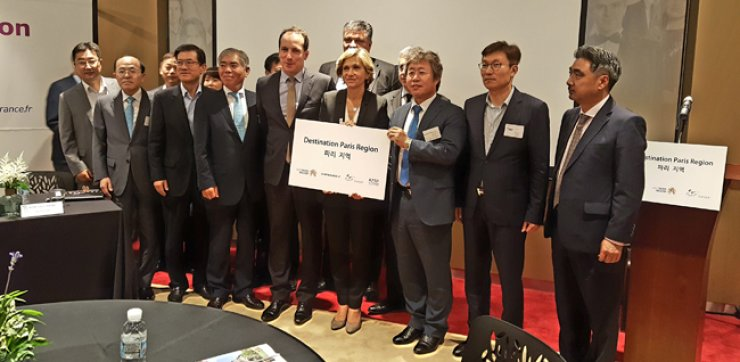 President of Ile-de-France Region Valerie Pecressem, fourth from right in front row, attends the 'French Tech in Paris Region' event with French Ambassador to Korea Fabien Penone, center in front row, at Tips Town in Seoul on July 4. / Courtesy of the French Embassy