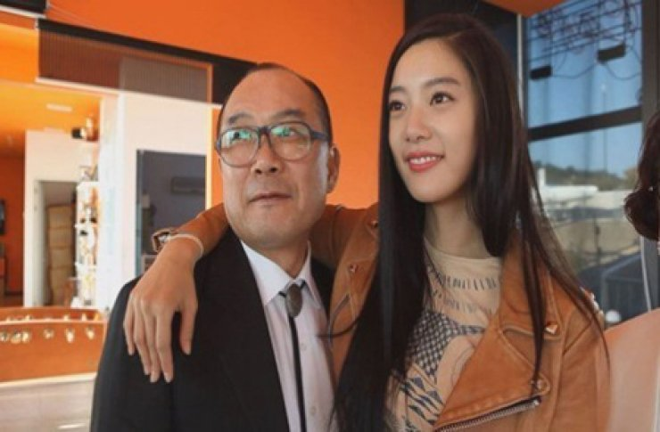 Model and actress Clara, right, whose real name is Lee Sung-min, drapes her arm around her father's neck in the top photo captured from a TV show aired on Nov. 4. Her father, Lee Seung-kyu, is the lead vocalist of singing group Koreana, which sang the theme song 'Hand in Hand' at the 1988 Seoul Olympics.
