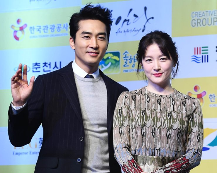 Actor Song Seung-heon, left, and actress Lee Young-ae attend a press conference in Gangneung, GangwonProvince, on Nov. 30, 2015, to promote SBS TV's new drama, 'Saimdang, Diary of Light.'  / Yonhap