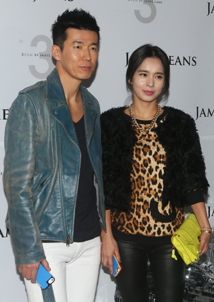 Sean, left, K-pop star and philanthropic activist, stands on a photo line with his wife Jung Hye-young, an actress, before joining an event hosted by James Jeans in Gangnam, Seoul, on Thursday. / Yonhap