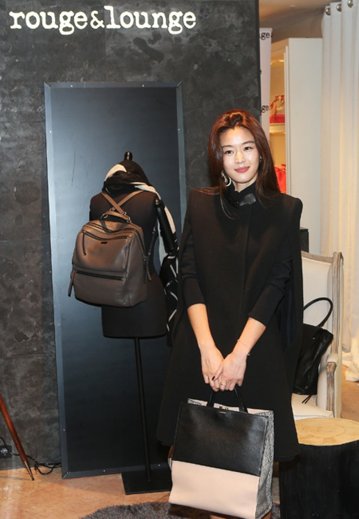 Korean actress Gianna Jun poses while attending the opening ofrouge&lounge at Lotte Department Store in Sogong-dong, Seoul, Friday. The star of 'My Sassy Girl' has yet to return to the domestic big and small screens since her marriage in April last year. / Yonhap