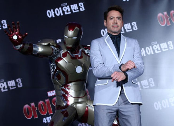 Hollywood star Robert Downey Jr. performs the horse dance to the tune of Korean rapper Psy's 'Gangnam Style' at a press conference in Seoul, Thursday.                                                                                                            / Yonhap