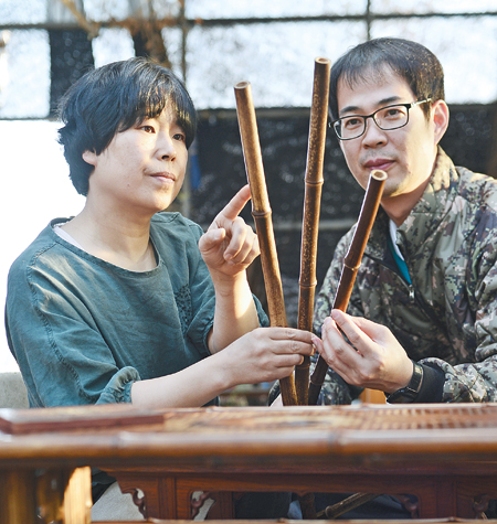 Choe Seon-hui shows how to make black bamboo craftwork in her workshop in Gapyeong, Gyeonggi Province. / Korea Times photos by Shim Hyun-chul