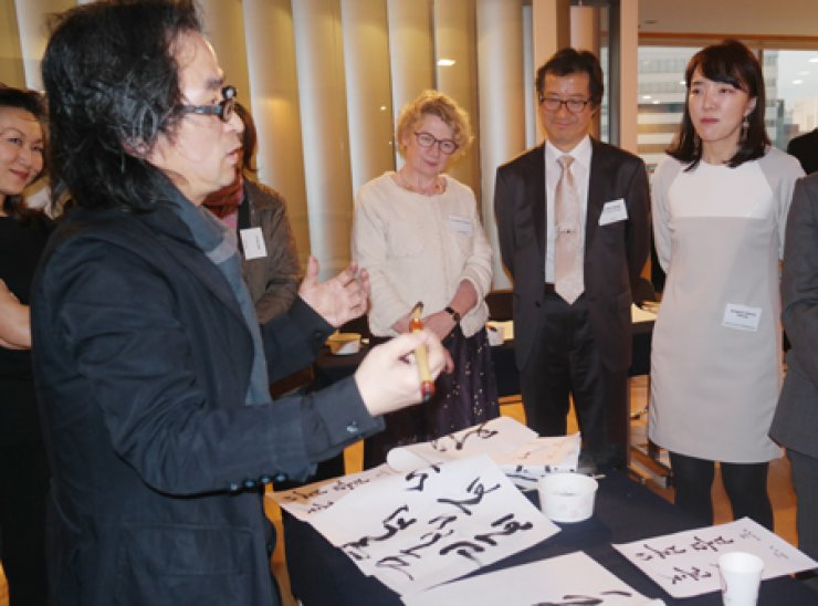 Calligrapher Kang Byung-in teaches foreigners and Koreans how to write both traditional Korean writing and how to design it at CQ Forum's 17th Session held in Jung-gu, Seoul, Tuesday. / Courtesy of Corea Image Communication Institute
