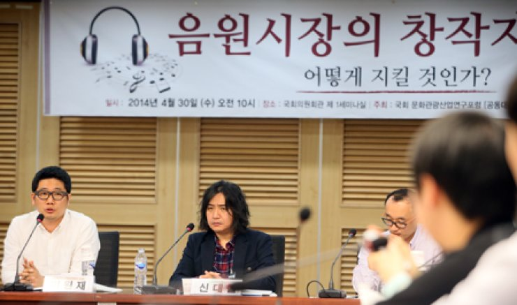 Shin Dae-chul, center, and other artist unions took part in a cultural and tourism industry forum to examine how to deal with protecting the rights of music creators in this digital industry at the National Assembly in Yeouido, Seoul, on April 30. / Yonhap