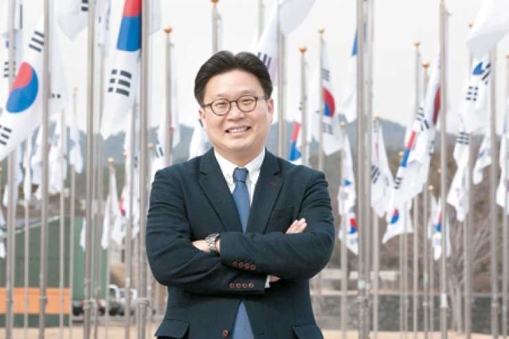 Seo Kyoung-duk, a professor at Sungshin Women's University and a veteran 'Dokdo' advocate, stands before the national flag at the Independence Hall of Korea, where he launched the 'Dokdo School,' in Cheonan, South Chungcheong Province.
