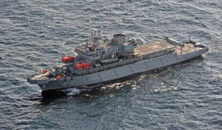 The 3,500-ton Navy salvage ship Tongyeong sails off the coast of Busan on Nov. 26. The Navy and the shipbuilder Daewoo Shipbuilding & Marine Engineering conducted test operations to see if the vessel's equipment, except for its sonar, worked properly. Its out-of-date sonar was one of the latest examples of corruption involving the defense industry. / Yonhap