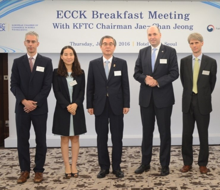 Fair Trade Commission Chairman Jeong Jae-chan, center, poses with members of the European Chamber of Commerce in Korea (ECCK) at Lotte Hotel in central Seoul, last Thursday. Among them are ECCK Secretary General Christoph Heider, left, and ECCK treasurer and CFO of BMW Korea Torban Karasek,second from right. / Courtesy of ECCK