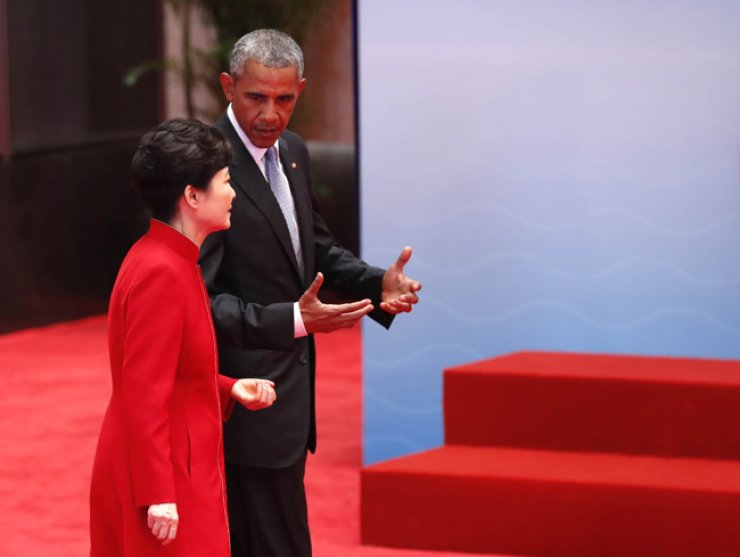 President Park Geun-hye talks with U.S. President Barack Obama, while arriving for the G20 summit in Hangzhou, China, on Sept. 4. / Joint press corps