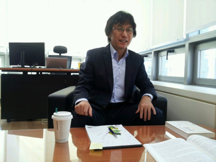 Shin Jang-sup of 'Dialogue with Kim Woo-choong - The World Is Still Wide and There Are Many Things to Do' talks to The Korea Times in an interview at his office in Myeong-dong, downtown Seoul, Friday./ Korea Times photo by Kim Ji-soo