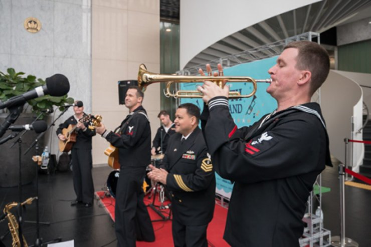 The members of U.S. Navy band Seventh Fleet Orient Express perform music at the Center One building lobby in Seoul on April 14. During the30-minute concert organized by the U.S. Embassy and the Korea Foundation, the audience at the venue sang along and applauded as the band performed country to pop music. / Courtesy of Korea Foundation