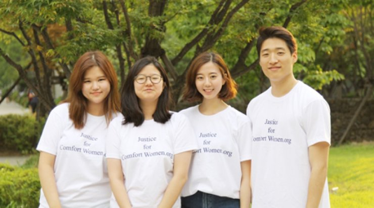 Four students pose in T-shirts to promote their blog, www.justiceforcomfortwomen.org, which aims to raise awareness about the survivors of sexual slavery perpetrated by the Japanese military during World War II. From left are Hannah Lee of the University of Southern California, Alberta Yoo of Yongsan International School of Seoul, Jessie Park of Williston-Northampton School and Kim Dong-ho of the University of Pennsylvania. / Courtesy of Kim Dong-ho