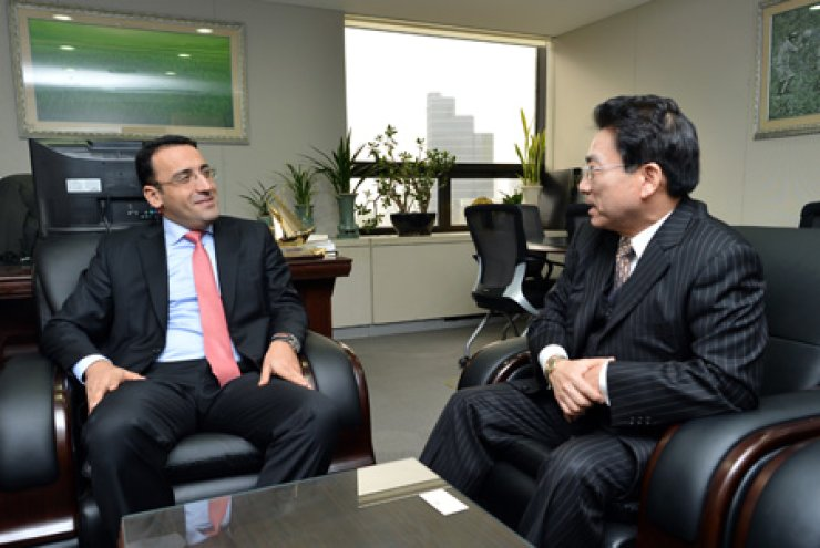 Ramzi Teymurov, left, Charge d'Affaires or head of mission of the Embassy of Azerbaijan based in Seoul, talks with Park Moo-jong, president of The Korea Times, during a courtesy visit to the latter's office in Seoul. / Korea Times photo by Shim Hyun-chul