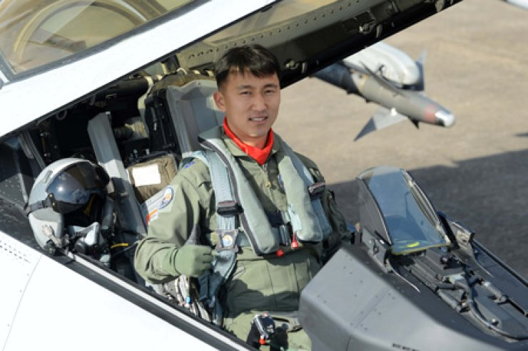 Major Kim Tae-seok of the Air Force's 19th Fighter Wing poses Friday inside a KF-16 after being named the Top Gun pilot for 2013. The 36-year-old scored 995 points out of a possible 1,000 in an aerial live-fire contest to garner the honor. / Courtesy of Air Force