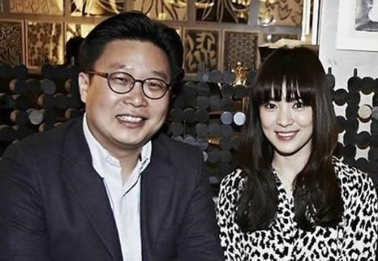 Seo Kyung-duk, left, and Song Hye-kyo