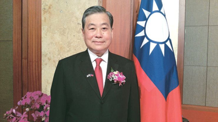 Ting Joseph Shih, head of Taipei Mission in Seoul, stands beside his national flag during Taiwan's National Day celebration at the Lotte Hotel in Seoul, Thursday. / Korea Times