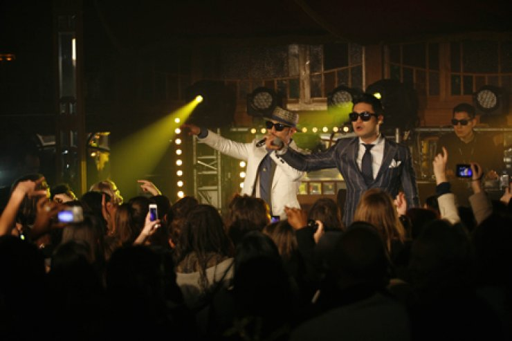 Korean hip-hop duo Dynamic Duo performs a showcase on Sunday at the venue for Midem, one of the world's biggest annual music conferences that is underway in Cannes, France. The showcase was held during the 'K-pop Night Out' at the Korean pavilion. Several other K-pop musicians, including Ratios, Goonam, VIXX took part in the event. The conference will end on Tuesday. / Yonhap