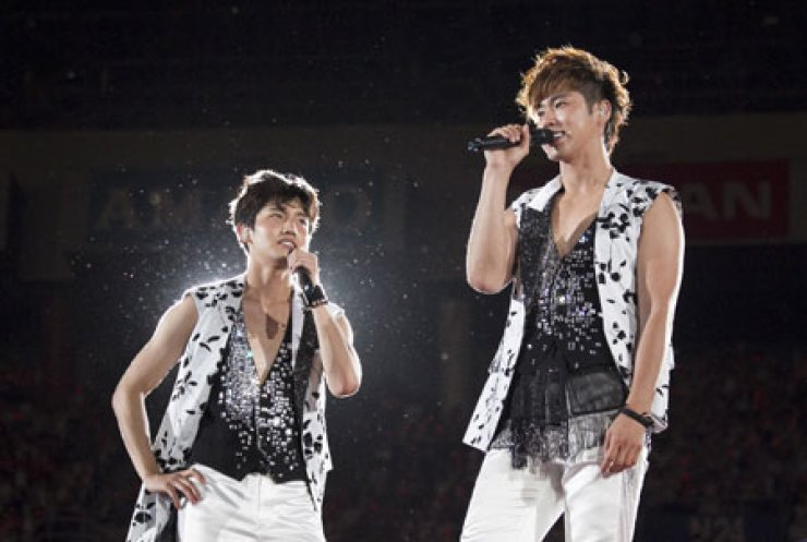Changmin, left, and Yoonho of TVXQ performing at the Yokohama Nissan Stadium, Japan, on Sunday.                       / Courtesy of SM Entertainmnet