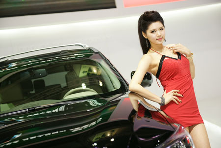 Models Choi Yu-jeong, above, and Lee Ji-hoo, below, pose next to automobiles during the 2013 Seoul Motor Show which was held from March 29 through April 7. 'Racing models' are still looked at with prejudice and treated differently from fashion models, although a growing number of the latter are taking on the job.                                        / Courtesy of Wise Entertainment