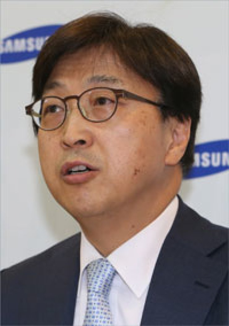 Rhee In-yong, Samsung Group's chief communications officer, talks to reporters at a press conference about the corporation's plan to establish'Samsung Future Technology Foundation' to bolster balanced growth with local SMEs at its main Seoul office in Seocho-dong, southern Seoul, Monday. / Yonhap