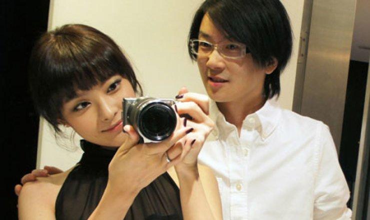 Pop singer Seo Tai-ji, right, announced that he is marrying actress Lee Eun-sung, who he has been dating since 2009.   / Yonhap