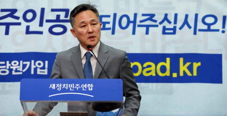 Pyo Chang-won speaks during a press conference after announcing he will join the main opposition New Politics Alliance for Democracy (NPAD) in Seoul, Sunday. / Yonhap