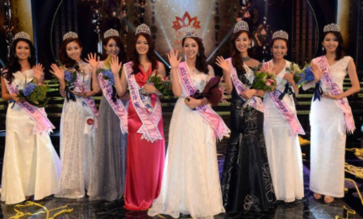 The 2013 Miss Korea winners wave after the annual pageant at the Sejong Center for the Performing Arts, Seoul, Tuesday. From left are second runners-up Choi Song-e, Kim Min-ju and Han Soo-min; first runner-up Han Ji-eun, Miss Korea Yu Ye-bin, first runner-up Kim Hyo-hee; and second runners-up Choi Hey-lin and Gu Bon-hwa. / Korea Times photo by Cho Young-ho