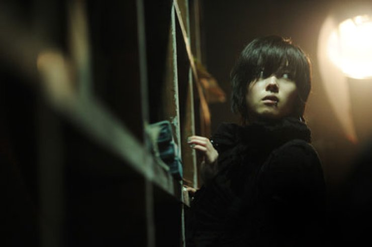 Actress Lee Se-young performs during, '444,' one of the four episodes in the omnibus film 'Horror Stories 2.' The movie was released nationwide on June 5. / Korea Times file