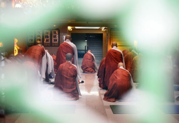 Current executive director of the Jogye Order, Ven. Jaseung, and several other monks do a 108-bow at the Jogye Order in Jongno, central Seoul, in repentance of the gambling scandal which occurred in April last year. The 108-bow lasted for 100 days.  / Yonhap