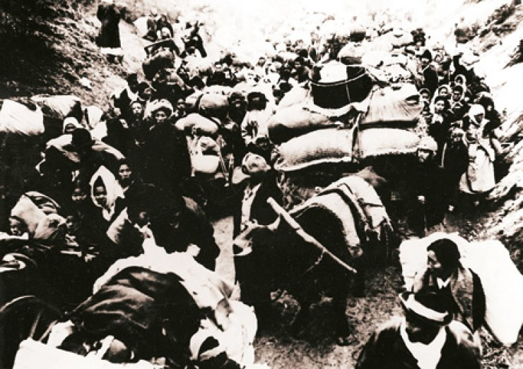 Refugees flee Seoul after the Korean War broke out on June 25, 1950. The three-year war saw the city demolished. / Korea Times file